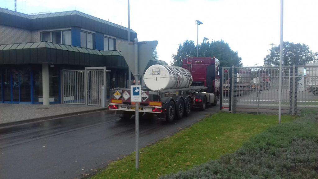 Nederlandse vrachtwagens met verarmd uranium containers rijden het terrein van Urenco Gronau op.